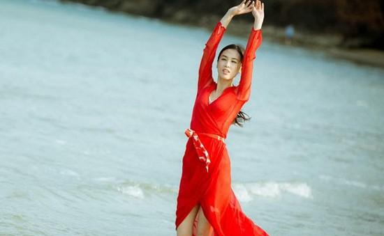 Sau scandal gian dối tại Oscar, Huỳnh Thánh Y khoe sắc bên bờ biển