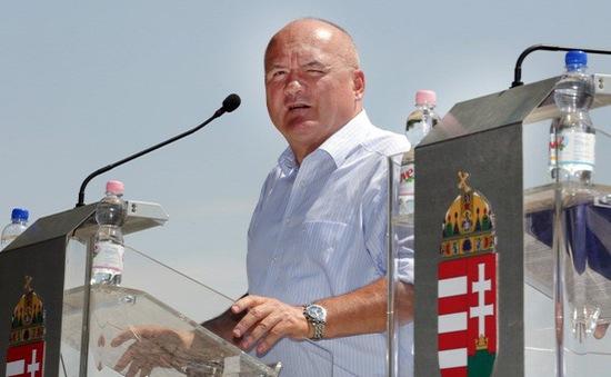 Bộ trưởng Quốc phòng Hungary từ chức