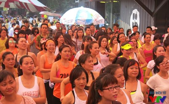 Hàng nghìn người hâm nóng không khí Hội chợ sắc màu Zumba