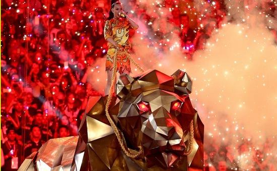"""Ngồi trên lưng hổ, Katy Perry """"đốt cháy"""" Super Bowl"""