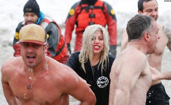 Lady Gaga thích thú ngụp lặn dưới nước lạnh