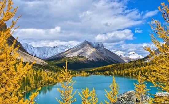 Chiêm ngưỡng vùng núi mùa thu đẹp lộng lẫy ở Canada