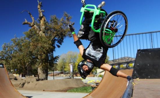 Chàng trai khuyết tật bay lượn trên bánh xe lăn