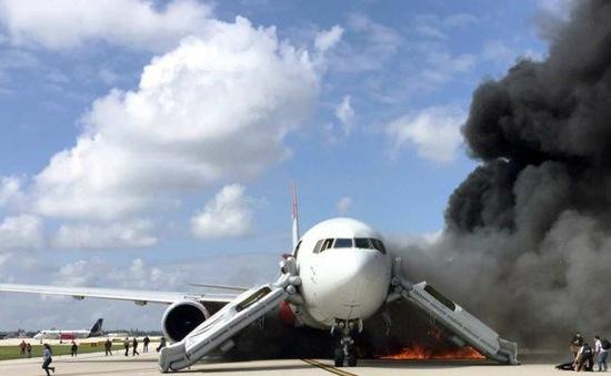 Máy bay Mỹ chở 101 người bốc cháy, 17 người bị thương