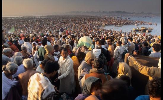 Ấn Độ: Hàng nghìn người tắm sông trong dịp lễ Kumbh Mela