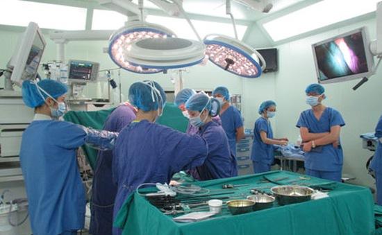 Bệnh viện ĐH Y Hà Nội phẫu thuật nội soi đại tràng thành công cho bệnh nhân 75 tuổi