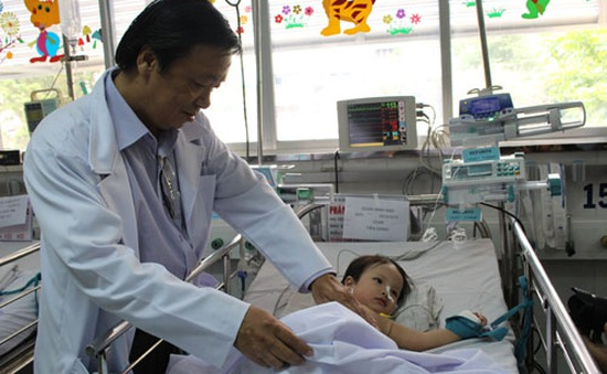 Mổ nội soi bướu gan khổng lồ cho bé 18 tháng tuổi