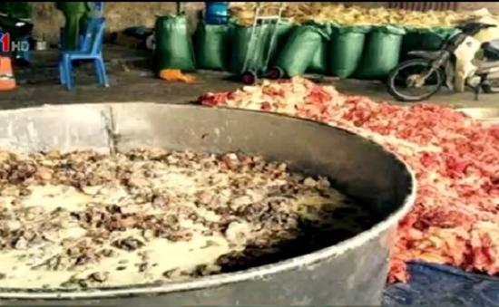 Bắt quả tang cơ sở sản xuất mỡ bẩn tại Hà Nội