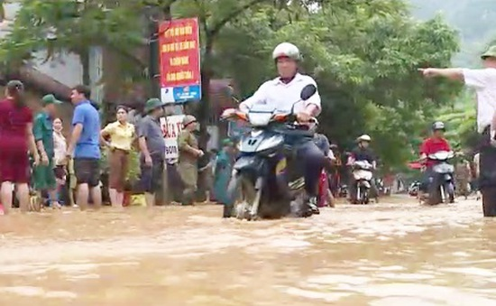 Lạng Sơn: Mưa lũ kéo về, thị trấn Đồng Mỏ chìm trong biển nước