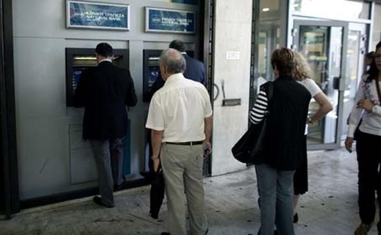 Người dân Hy Lạp rút tiền ồ ạt ra khỏi các ngân hàng