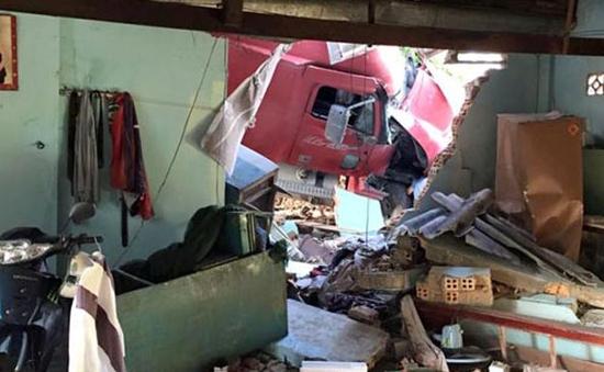 Xe container đâm sập nhà dân, 3 người thương vong