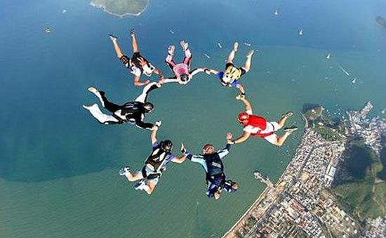 Ngoạn mục màn nhảy dù từ vách đá cao 200m tại Hy Lạp