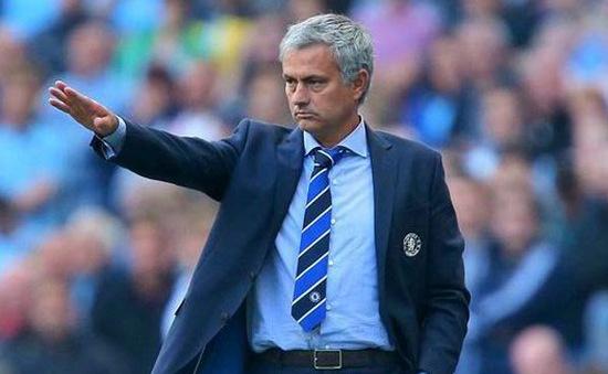 Mourinho trùm kín mặt, phóng như bay rời đại bản doanh Chelsea