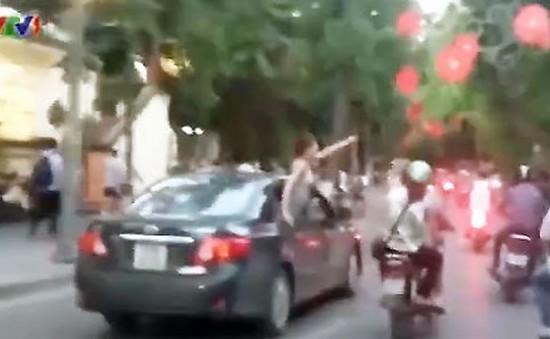 Cô gái gào rú theo tiếng nhạc mạnh, ô tô gây náo loạn trên phố