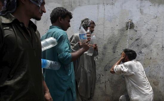 Buôn bán nước phi pháp tại Karachi, Pakistan