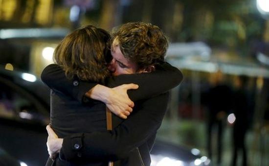 Người dân Paris kiên cường trước khủng bố