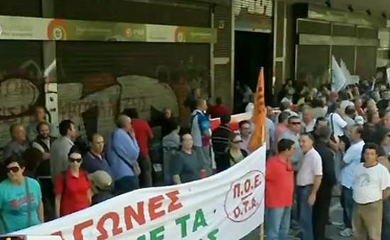 Công nhân Hy Lạp biểu tình bằng xe rác vì lương hưu bị giảm