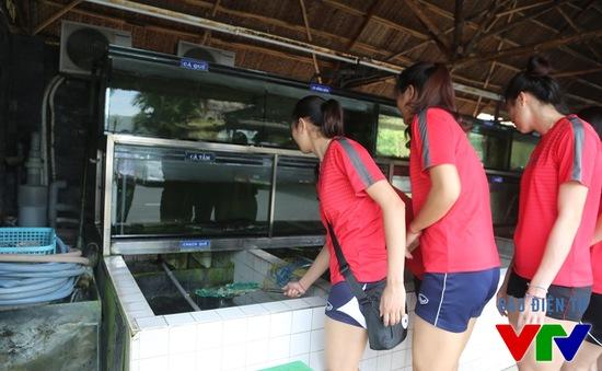VTV Cup 2015: Nữ tuyển thủ Việt Nam tinh nghịch vớt cá chạch