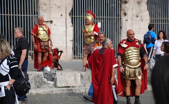 Cấm 'võ sĩ giác đấu' thu tiền chụp ảnh của khách du lịch tại Rome