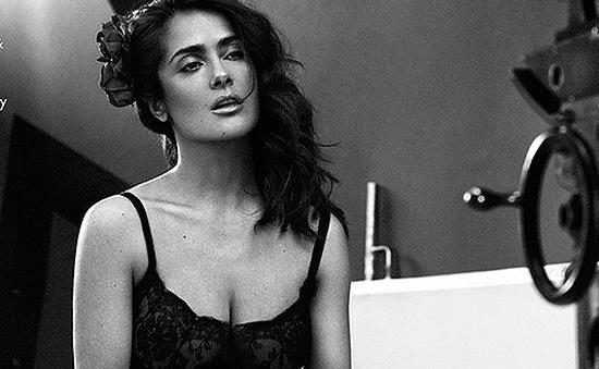 Salma Hayek sexy ở tuổi 49