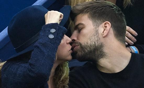 Shakira và Pique liên tục trao nhau nụ hôn ngọt ngào