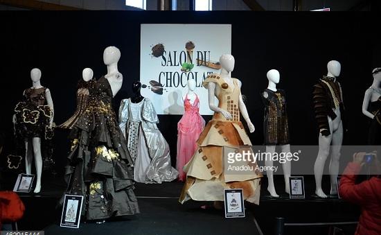 Anh: BST thời trang làm từ chocolate hút khách tham quan