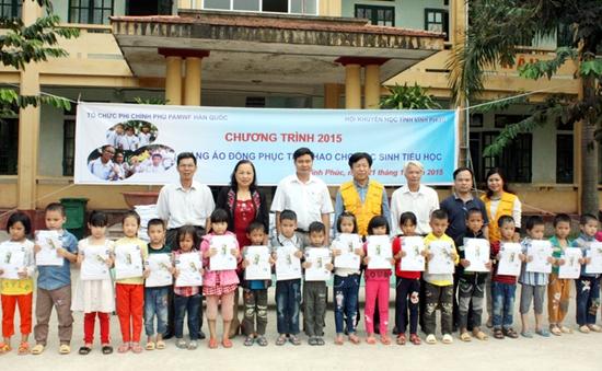 Tặng áo đồng phục thể thao cho học sinh vùng khó khăn tỉnh Vĩnh Phúc