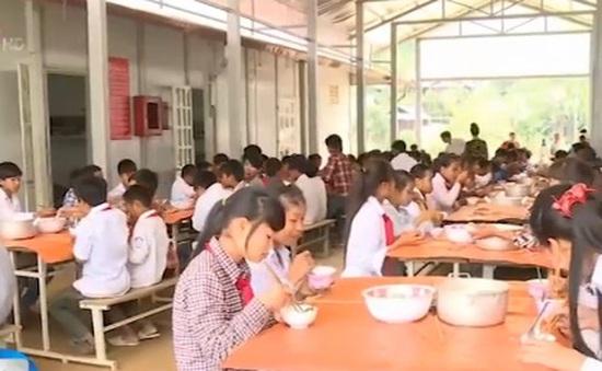Sơn La: Bữa ăn bán trú tiếp sức học sinh nghèo đến trường