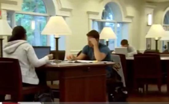 Sinh viên Mỹ đối mặt với các khoản nợ học phí
