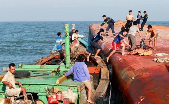 Tạm dừng công tác cứu hộ tàu chìm ở TP.HCM do sóng lớn
