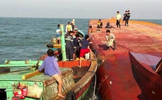 Tạm dừng công tác cứu hộ tàu bị chìm ở TP.HCM
