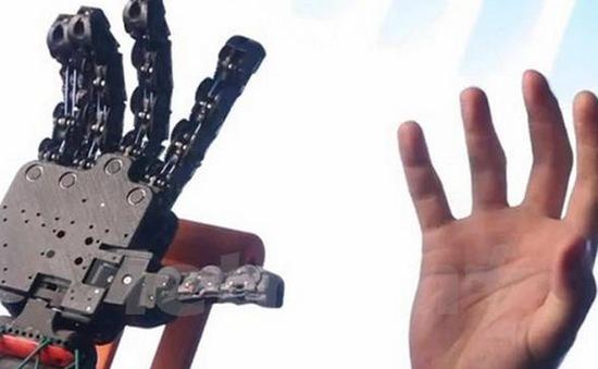 Italy chế tạo bàn tay robot giống tay thật