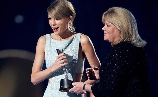 """Bị chỉ trích vì không…đồng quê, Taylor Swift vẫn """"ẵm"""" giải """"khủng"""""""
