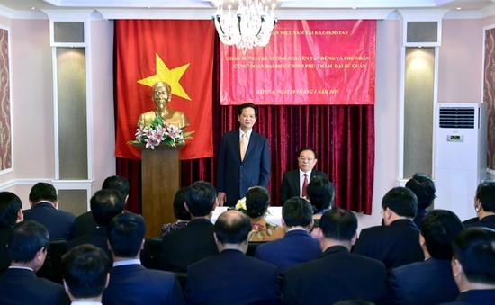 Thủ tướng gặp gỡ cộng đồng người Việt tại Kazakhstan