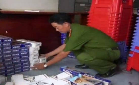 Bắt vụ giấu 1.900 bao thuốc lá lậu trong chồng ghế nhựa