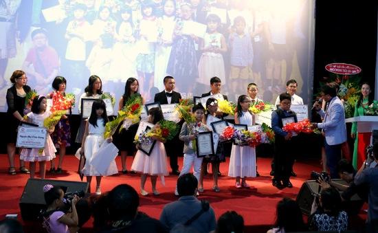 Gần 200 học sinh, sinh viên nghèo Thanh Hóa nhận học bổng Nâng cánh ước mơ