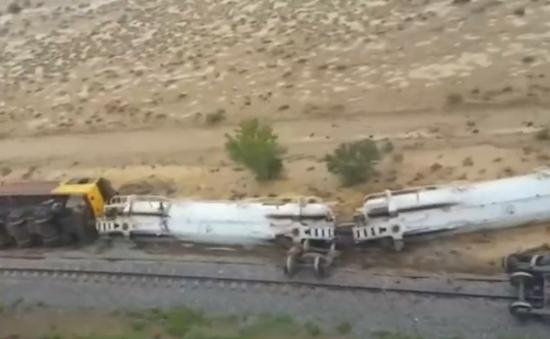 Trật đường ray tàu hỏa chở hóa chất mạnh tại Australia