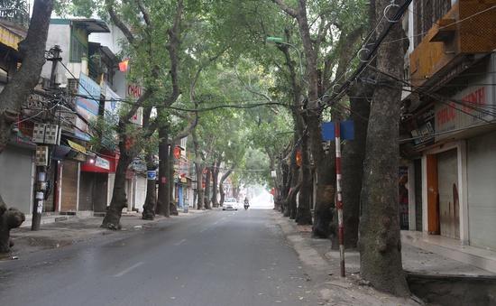 Đường phố Hà Nội vắng lặng trong sáng mùng 1 Tết