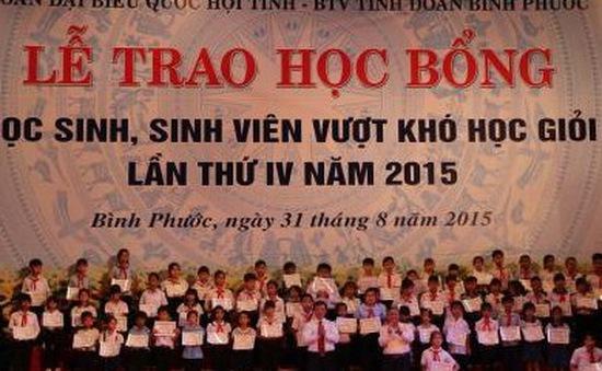 Trao học bổng cho học sinh, sinh viên vượt khó học giỏi năm 2015
