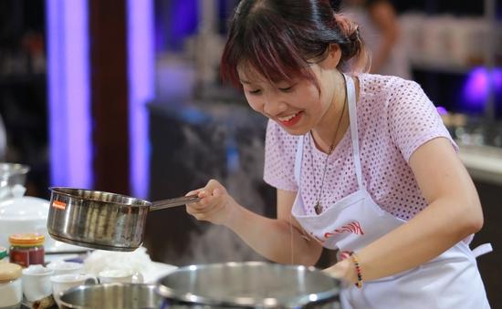 Nấu bún thành phở, thí sinh trẻ nhất chia tay Vua đầu bếp Việt