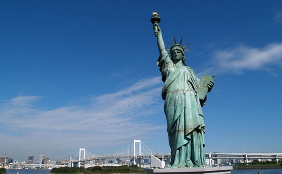 Sơ tán du khách sau khi có đe dọa đặt bom ở tượng Nữ thần Tự do
