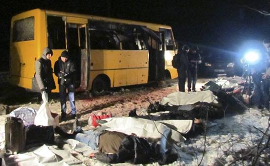 Ukraine: Xe buýt bị trúng tên lửa, 11 người thiệt mạng