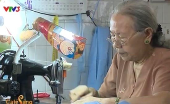 Cụ bà 73 tuổi may màn tặng người nghèo