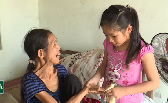 Xót thương cảnh bé gái 11 tuổi nuôi mẹ tâm thần