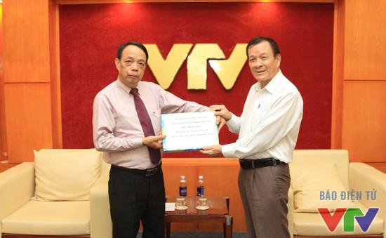 Nhà báo Nguyễn Văn Vinh trao tặng 174 bức ảnh tư liệu quý cho VTV