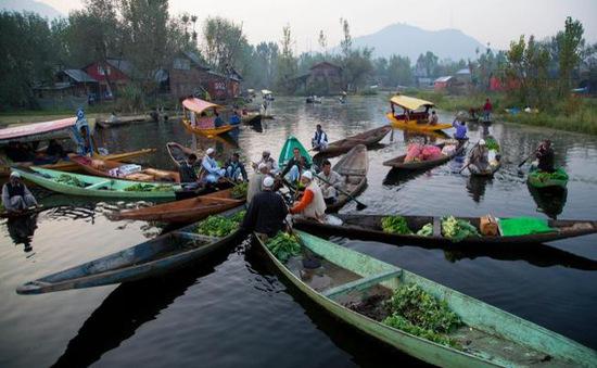 Chợ nổi Kashmir tấp nập trở lại sau lũ lụt