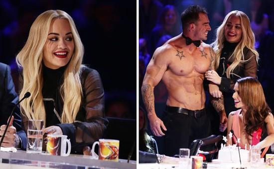 Giám khảo X-Factor mừng sinh nhật trên 'ghế nóng' cùng trai đẹp 6 múi