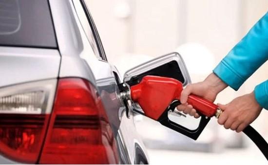 Giá xăng giảm mạnh, người Mỹ hân hoan mua sắm