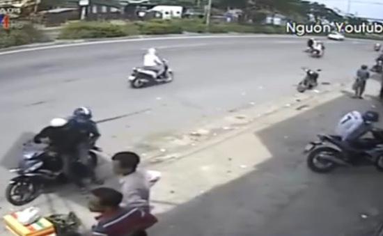 Vờ hỏi đường, nhóm 5 đối tượng dàn cảnh trộm xe