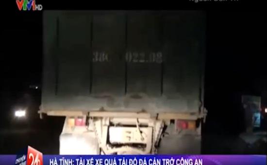 Hà Tĩnh: Tài xế xe quá tải rải đá chặn đường công an truy bắt